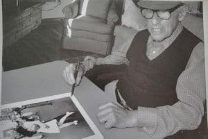 Eisenstaedt_signing_-VJ_day-_print_on_August_23,_1995_at_his_Menemsha_cabin_on_Martha's_Vineyard
